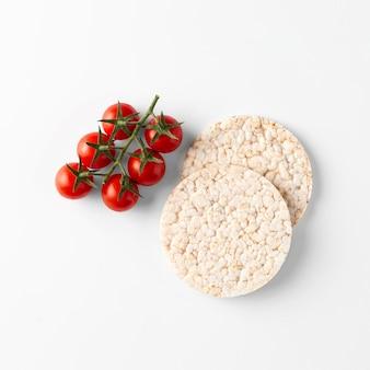 Petisco de fruta tomate cereja em bolos de arroz