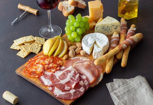 Petisco de vinho. jamon, camembert, chouriço, amêndoas, queijo azul, parmesão. antipasti. aperitivo de vinho.