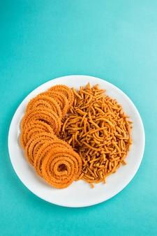 Petisco indiano: besan (farinha de grama) sev e chakli, chakali ou murukku.