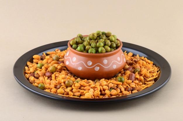 Petisco indiano: mistura e ervilhas verdes fritas temperadas {chatpata matar}.
