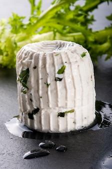 Petisco italiano típico aperitivo de queijo tomino
