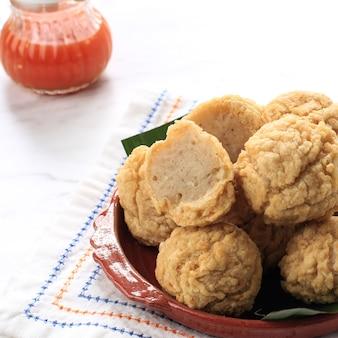 Petiscos da indonésia: bakso goreng ou almôndega frita. feito de frango, carne ou camarão com farinha. servido com molho picante