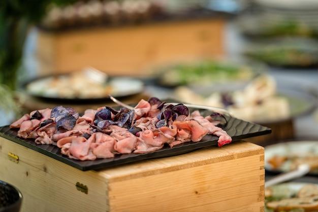 Petiscos de carne na mesa do buffet