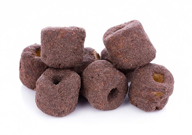 Petiscos de chocolate de milho crocante em um fundo branco