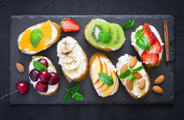 Petiscos doces assorted do verão. bruschetta ou sanduíches