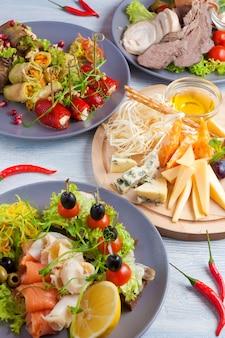 Petiscos saborosos peixe carne vegetal e queijo