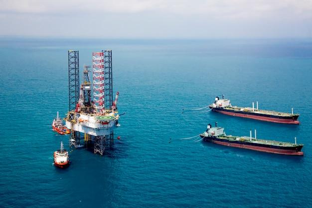 Petroleiro e plataforma de petróleo no golfo