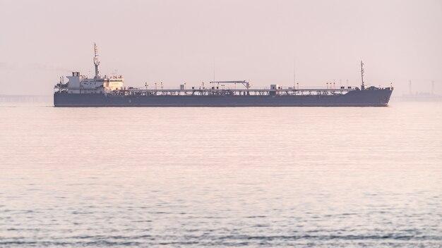 Petroleiro em mar nublado
