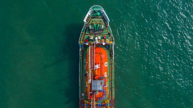 Petroleiro químico do óleo e do gás da vista aérea no mar aberto