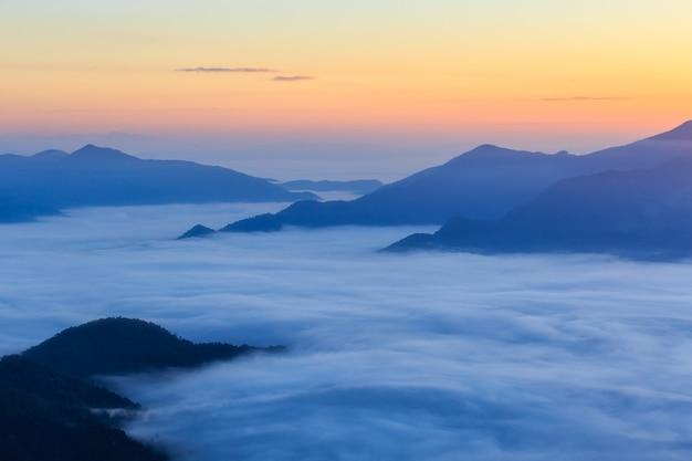 Pha tung montanha no tempo do amanhecer