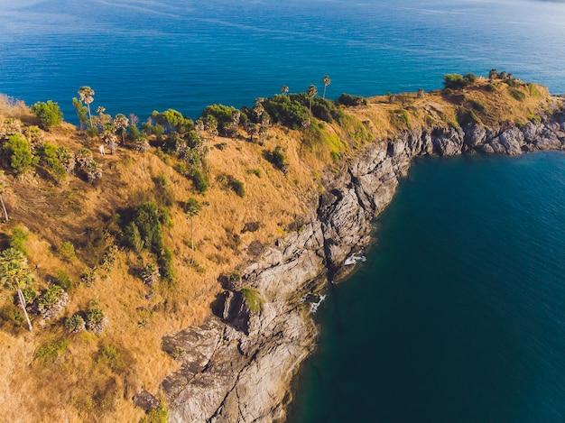 Phomthep ou promthep caverna ícone de phuket, tailândia. vista aérea da câmera do zangão do ponto de vista da caverna de phromthep em phuket.
