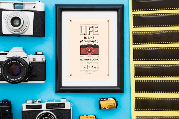 Photo frame em meio a câmeras e filmes