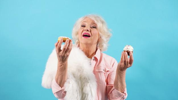 Photo sessão de uma mulher atraente em idade de aposentadoria, aniversário de um aposentado.