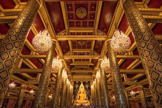 Phra buddha chinnarat no templo de phra si rattana mahathat, província de phitsanulok, tailândia.
