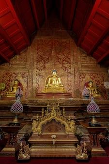 Phra buddha sihing buddha em wat phra singh é uma grande atração turística. é uma antiga arte tailandesa e é um lugar público em chiang mai, tailândia