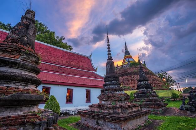 Phra chedi luang no templo é um templo budista em phitsanulok, tailândia.