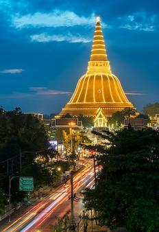 Phra pathommachedi stupa localizado em wat phra pathommachedi ratcha wora maha wihan lindamente decorado para o festival, província de nakhon pathom, tailândia