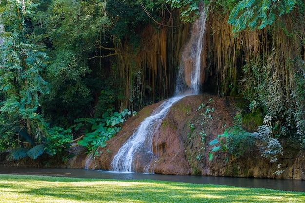 Phu cantou a cachoeira com água somente em tailândia.