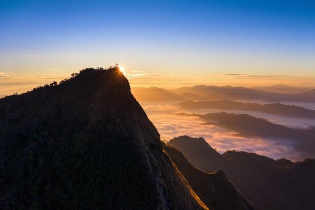 Phu chi dao ao nascer do sol em chiang rai, tailândia