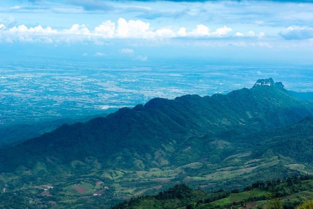 Phu tub berk atrações alta montanha no distrito de lom kao, província de phetchabun, tailândia.