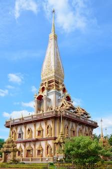 Phuket / tailândia - 18 de dezembro de 2015. belo e padronizado templo budista.