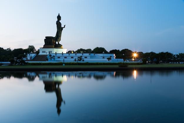 Phutthamonthon é lugar para dharma budista com céu azul e pôr do sol