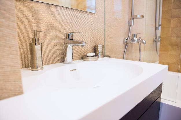 Pia branca e acessórios no interior moderno. interior e design, limpeza e higiene