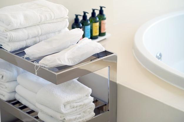 Pia branca moderna do banheiro