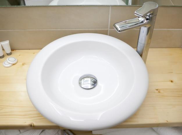 Pia branca redonda no banheiro moderno