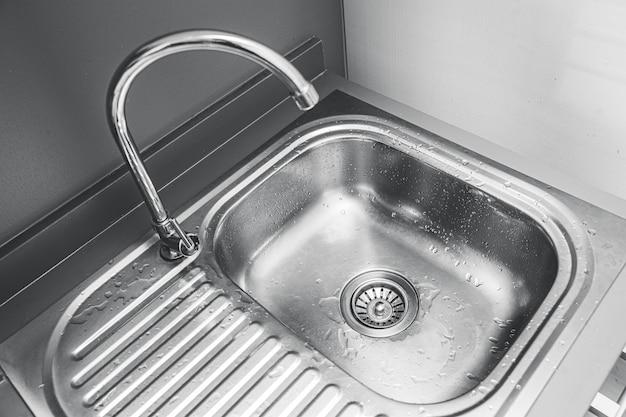 Pia de aço inoxidável para lavar ou limpar utensílios na cozinha