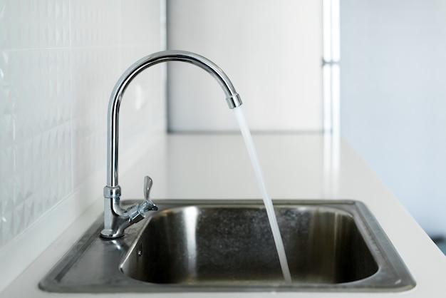 Pia de aço na cozinha branca moderna limpa design de interiores