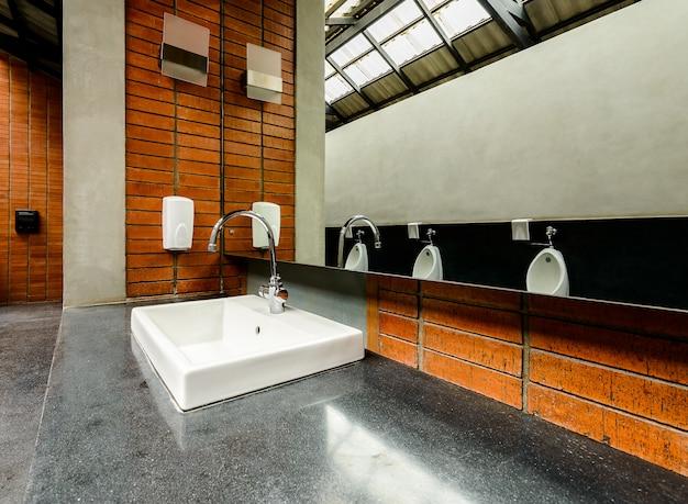 Pia de banheiro de cerâmica no banheiro masculino