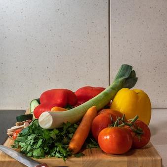 Pia de cozinha em mármore com vitrocerâmica - preparação de vegetais