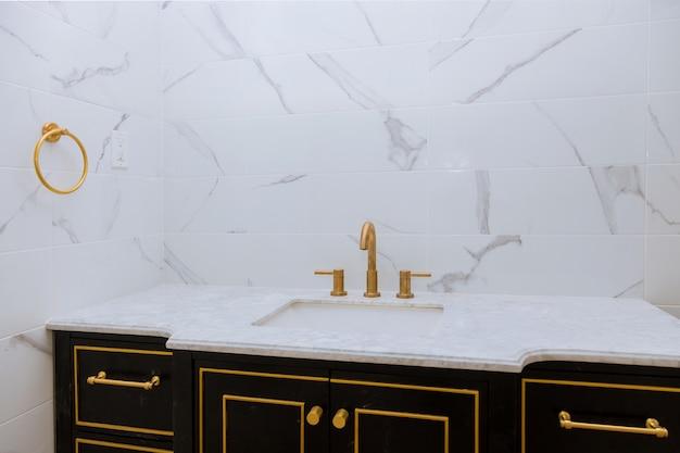 Pia moderna feita de lavatório minimalista contemporâneo com baterias cromadas