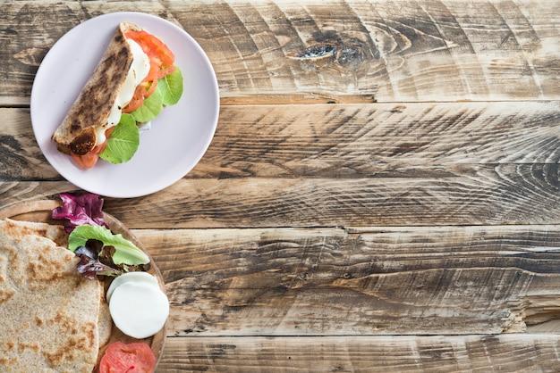 Piadina, comida típica italiana em fundo de madeira