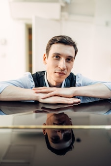 Pianista ao piano, superfície perfeitamente polida