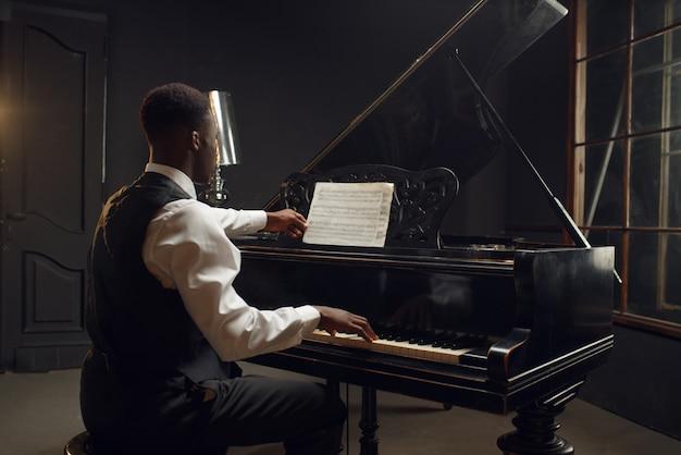Pianista de ébano, intérprete de jazz no palco