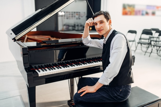 Pianista profissional ao piano de cauda preto