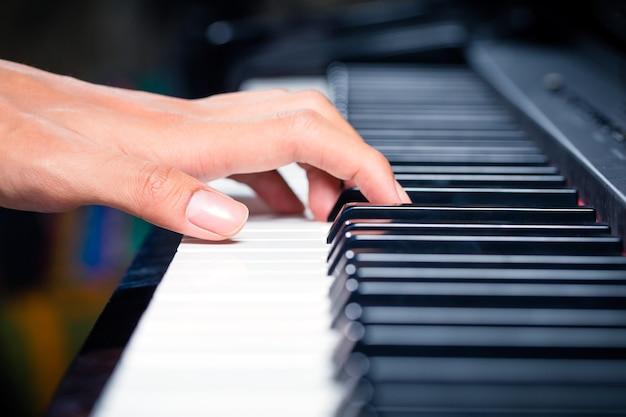 Pianista profissional asiática tocando piano em estúdio de gravação