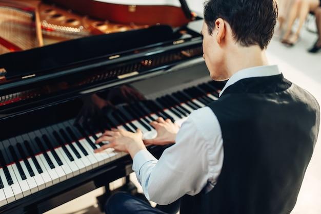 Pianista tocando música no piano de cauda