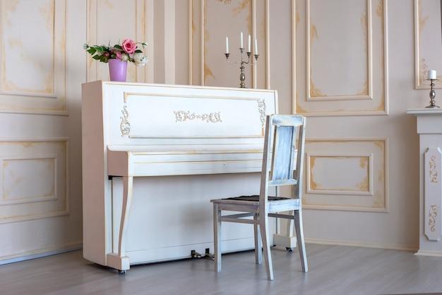 Piano branco retrô fica em uma sala branca