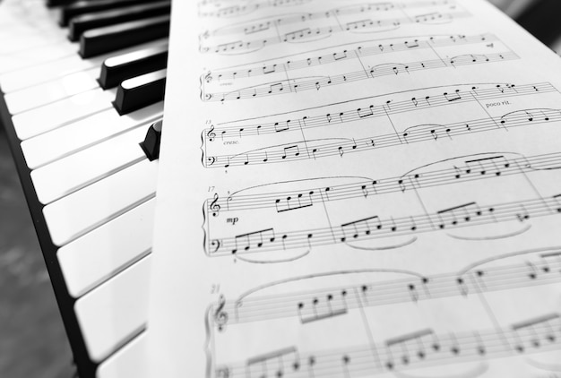 Piano clássico e partitura musical. foto em preto e branco, fundo musical