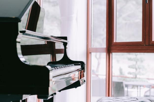 Piano, com, borrão, janela, fundo