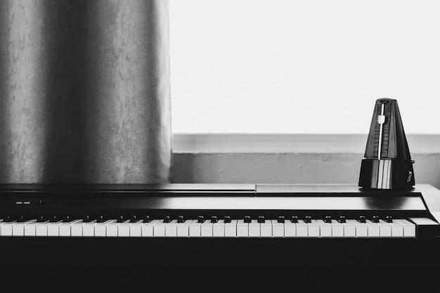 Piano com metrônomo.