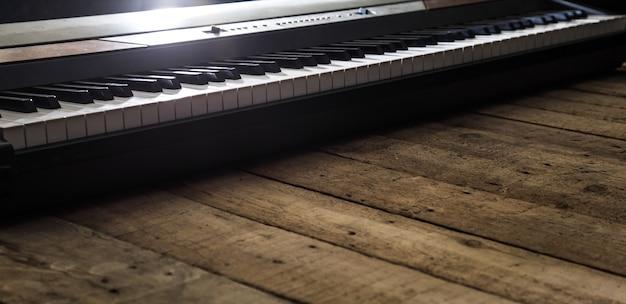 Piano em close up de fundo de madeira, conceito de instrumentos musicais