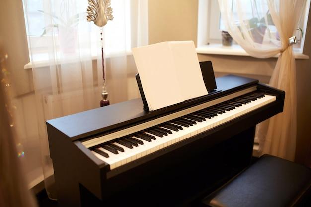 Piano velho na casa antiga. a sala é de estilo envelhecido. interior da casa.