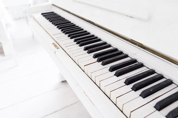 Piano vintage branco em uma sala branca