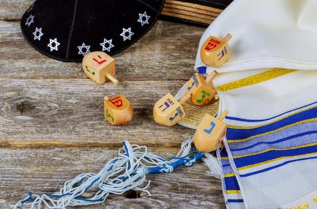 Pião de madeira para hanukkah na luz de fundo