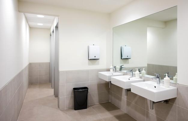 Pias de banheiro público