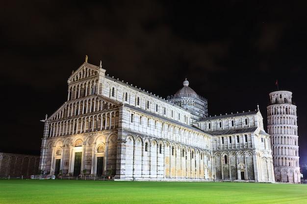 Piazza dei miracoli com a torre inclinada de pisa, itália. marco italiano